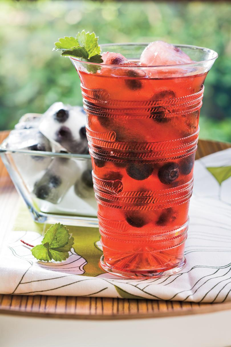 Удар and Cocktail Summer Drink Recipes: Berry Splash