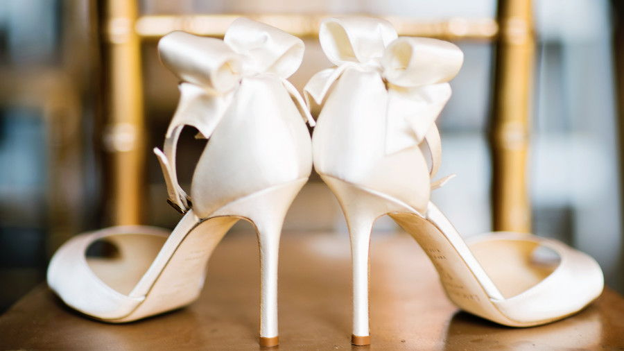 elfenben Wedding Shoes with Bow on Chair