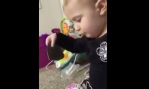 2 سنوات من العمر تغني دوللي بارتون \