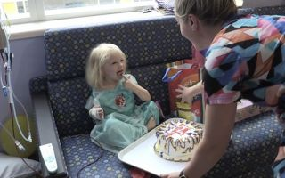 شاهد موظفو مستشفى فلوريدا يعطون طفلة صغيرة مفاجأة عيد ميلاد كبيرة