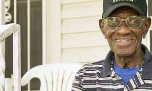 Общността идва заедно, за да предостави на Америка най-старият Втората световна война ветеринарен лекар с много нужни вътрешни ремонти