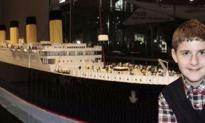 Най-голямата в света Lego Titanic Replica, построена от младо аутистично момче, на дисплея в Тенеси