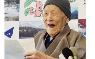 Най-възрастният човек в света приписва дълъг живот на горещи извори и десерт