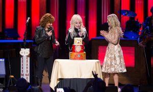 Dolly Parton og Carrie Underwood Surprise Reba McEntire på 40-årsdagen for hendes Grand Ole Opry Debut