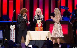 Dolly Parton y Carrie Underwood sorprenden a Reba McEntire en el 40 aniversario de su debut en Grand Ole Opry