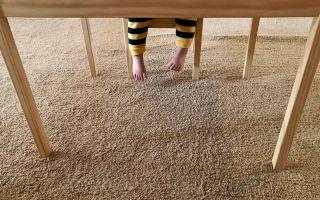 Простият, лесен начин за прикрепване на килимите, оставени от мебелите